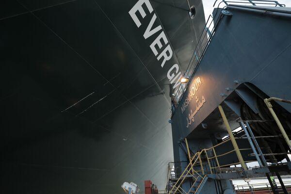 La poppa ...è stata spostata a 102 metri dalla riva, rispetto alla sua posizione precedente che si trovava a quattro metri dalla riva si legge in un comunicato del direttore dell'Autorità del Canale di Suez, Osama Rabie - Sputnik Italia