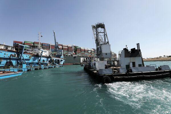 Le manovre di traino per rimettere a galla la nave portacontainer Ever Given sono iniziate con l'ausilio di 10 rimorchiatori giganti, si legge in un comunicato del direttore dell'Autorità del Canale di Suez, Osama Rabie - Sputnik Italia
