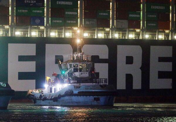 L'ammiraglio Osama Rabie, il capo dell'Authority del Canale, ha inviato un messaggio di rassicurazione alla comunità marittima internazionale, indicando che il movimento di navigazione riprenderà una volta che la nave portacontainer sarà completamente galleggiante - Sputnik Italia
