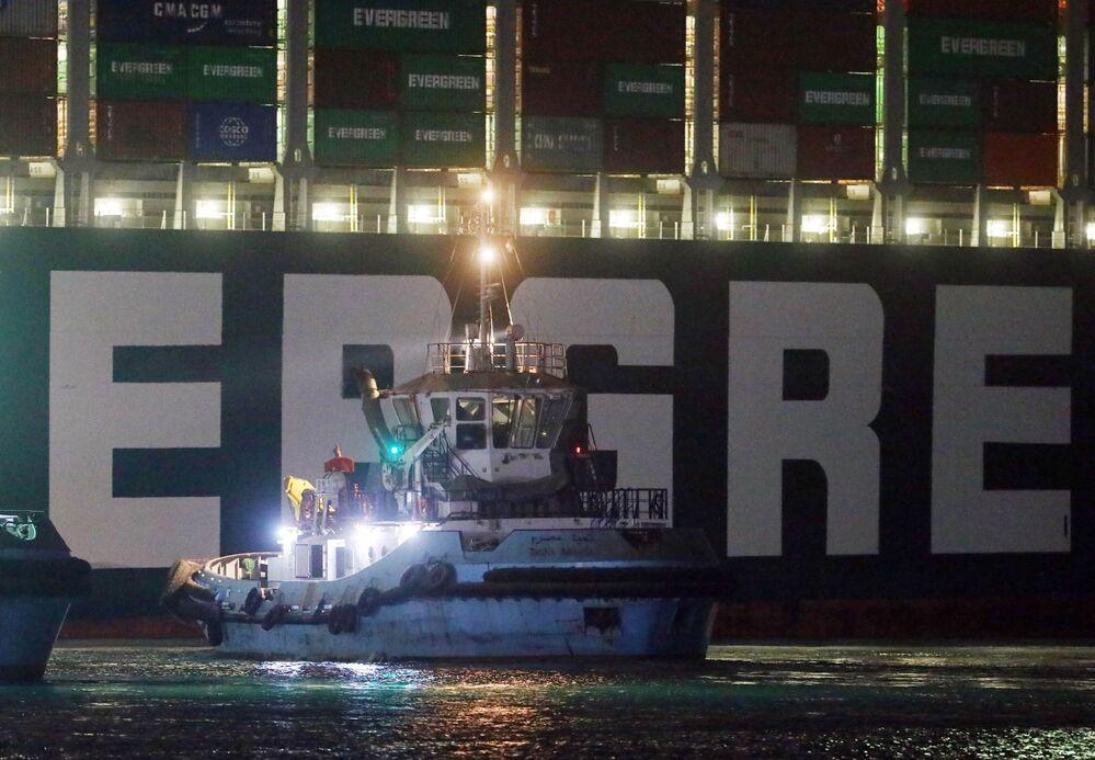 L'ammiraglio Osama Rabie, il capo dell'Authority del Canale, ha inviato un messaggio di rassicurazione alla comunità marittima internazionale, indicando che il movimento di navigazione riprenderà una volta che la nave portacontainer sarà completamente galleggiante