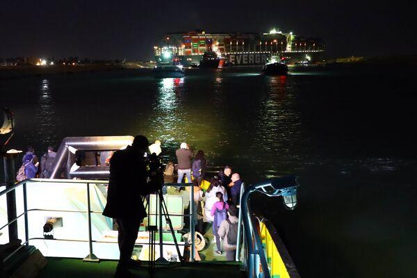 Durante la notte l'alta marea ha facilitato le operazioni per disincagliare la portacontainer - Sputnik Italia