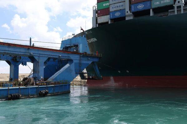 Secondo la Suez Canal Authority (Sca), ci sono circa 370 navi, comprese 25 petroliere, bloccate alle due estremità del Canale di Suez in attesa di transito - Sputnik Italia