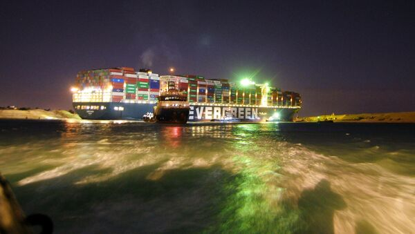 Буксир возле контейнеровоза Ever Given, севшего на мель на 151-м километре Суэцкого канала - Sputnik Italia