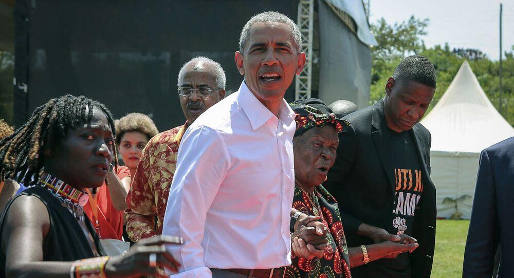 L'ex presidente degli Stati Uniti Barack Obama con la sua matrigna Sarah