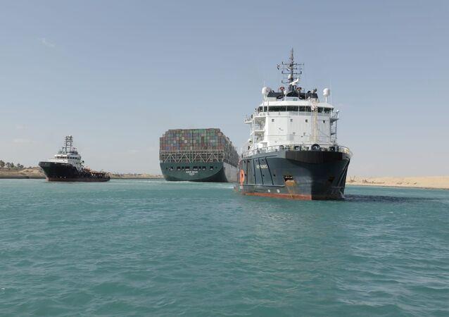La nave Ever Given lascia il canale di Suez
