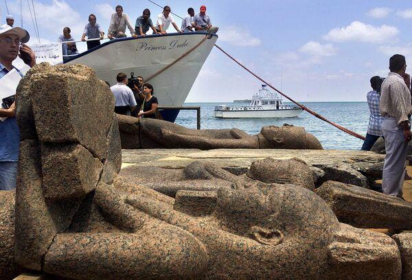Le antiche statue della città sommersa egiziana di Heraklion tirate fuori dall'acqua, Egitto - Sputnik Italia