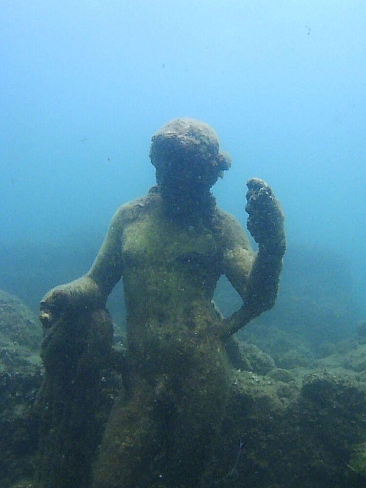Una statua nel parco archeologico sommerso di Baia,  Campi Flegrei