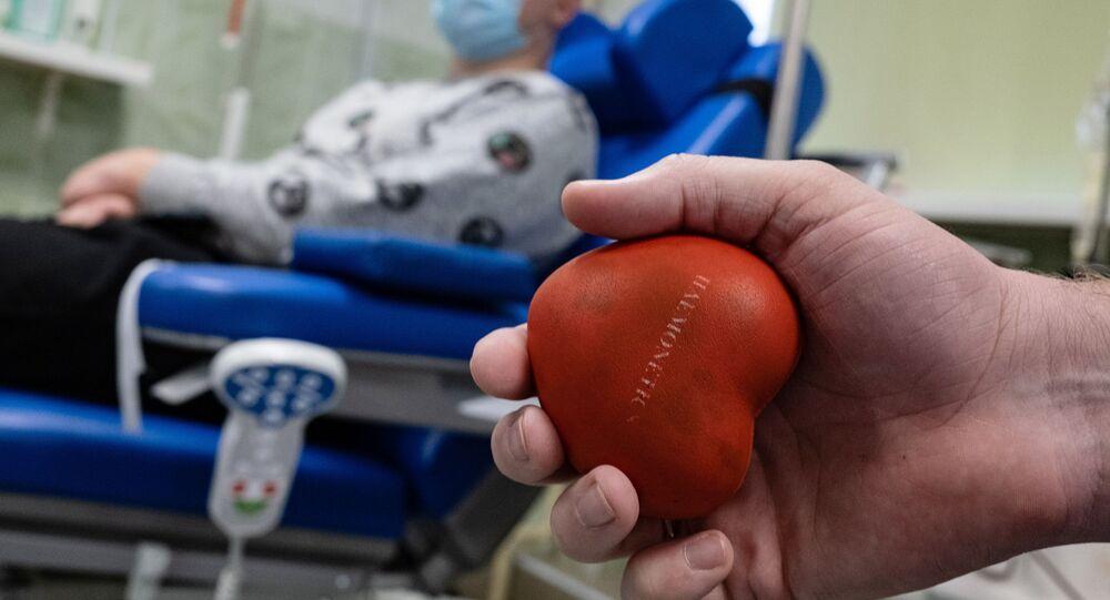 Un uomo vaccinatosi con Sputnik V dona il plasma