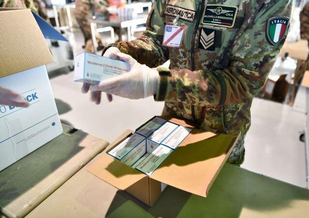 La consegna del vaccino Moderna all'hub nazionale della Difesa, presso l'aeroporto militare di Pratica di Mare