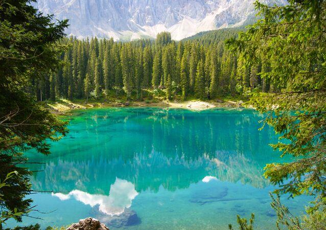Il lago di Carezza è un piccolo lago alpino situato nell'alta Val d'Ega a 1.534 m nel comune di Nova Levante, a circa 25 km da Bolzano in Alto Adige, incastonato tra fitti boschi di abeti, sotto le pendici del massiccio del Latemar, che si specchia nella sua acqua cristallina