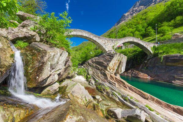 Il ponte dei Salti, chiamato impropriamente anche ponte Romano, è un ponte pedonale sul fiume Verzasca, in comune di Lavertezzo, in Svizzera - Sputnik Italia