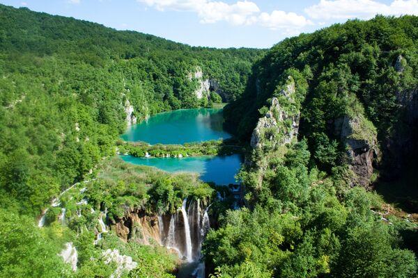 Il Parco nazionale dei laghi di Plitvice è una riserva forestale di 295 km² nella Croazia centrale. È noto per una catena di 16 laghi terrazzati collegati da cascate, che si estendono in un canyon calcareo. - Sputnik Italia