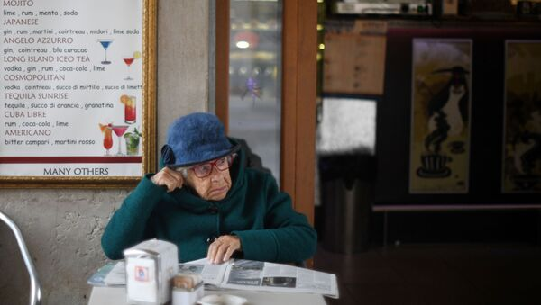 Una signora al tavolino di un bar a Venezia - Sputnik Italia