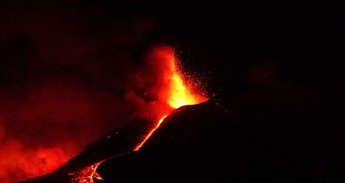 Etna in eruzione 1 aprile, fontane di lava e due colate per il parossismo n.17 dal 16 febbraio 2021. Foto scattata all'alba da Riposto (CT)