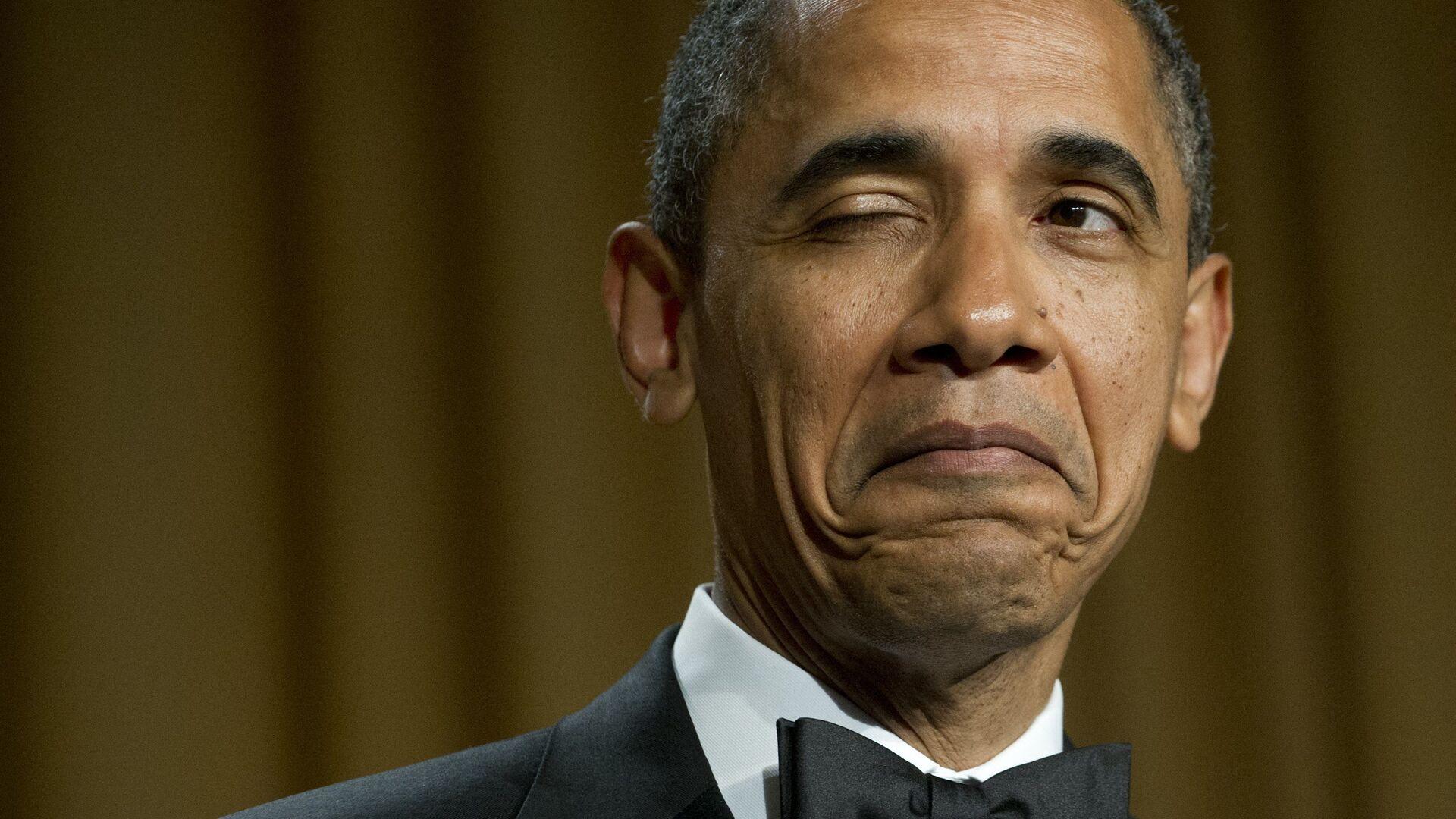 Президент США Барак Обама подмигивает, рассказывая анекдот о месте своего рождения во время ужина Ассоциации корреспондентов Белого дома в Вашингтоне, 2012 год  - Sputnik Italia, 1920, 14.08.2021