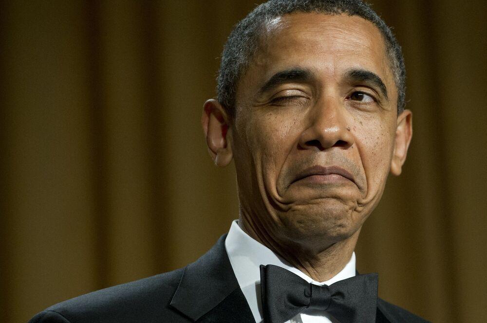 L'ex presidente degli Stati Uniti Barack Obama fa l'occhiolino mentre racconta una barzelletta sul suo luogo di nascita durante la cena dell'Associazione dei corrispondenti della Casa Bianca a Washington, USA, il 28 aprile 2012
