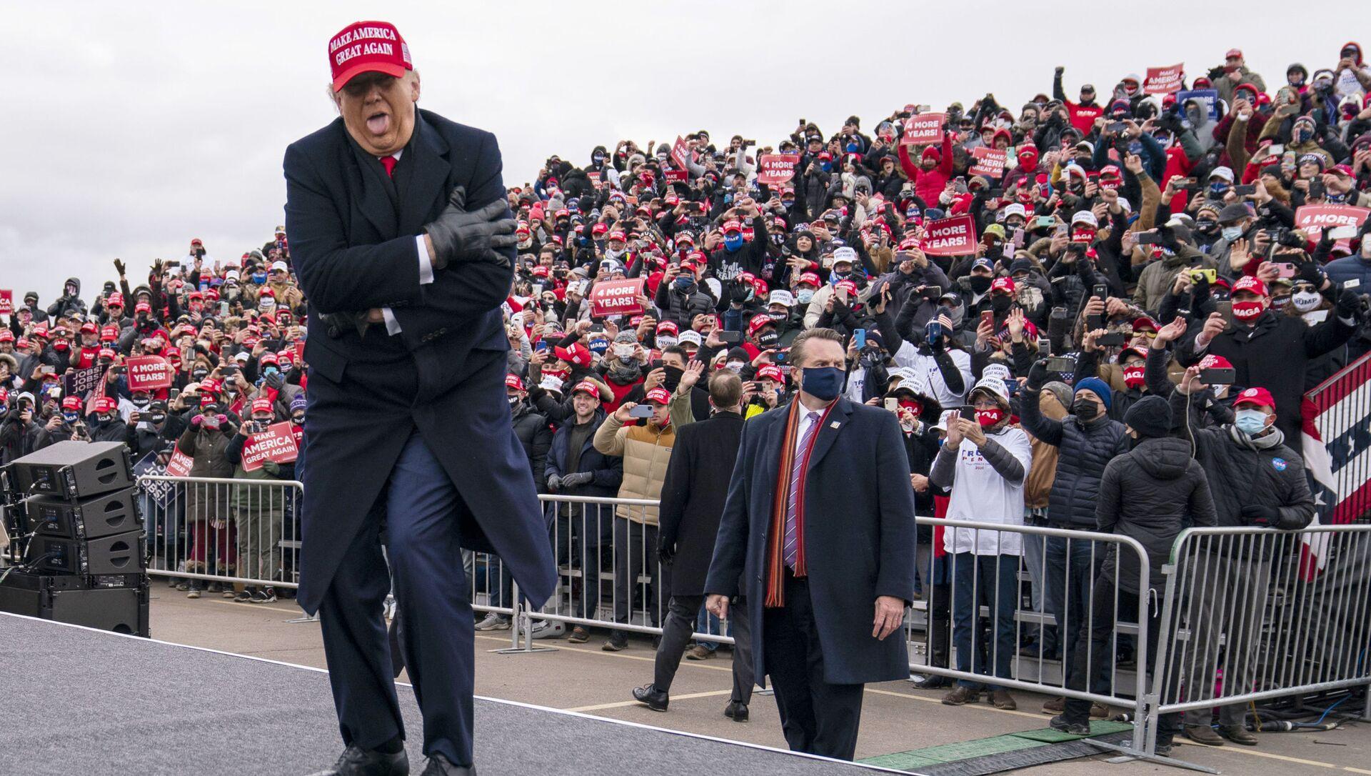 Президент США Дональд Трамп шутит о том, как он замерз, во время ралли в Мичигане, 2020 год  - Sputnik Italia, 1920, 06.05.2021