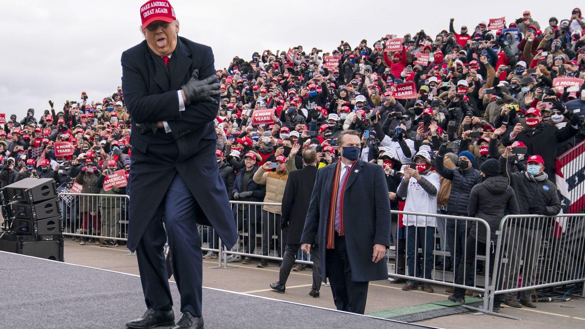 Президент США Дональд Трамп шутит о том, как он замерз, во время ралли в Мичигане, 2020 год  - Sputnik Italia, 1920, 04.07.2021