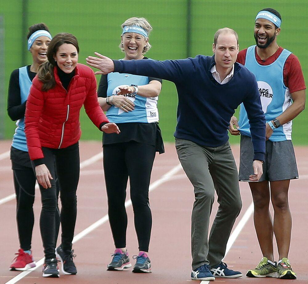 Catherine, duchessa di Cambridge, e il Principe William, duca di Cambridge, condividono una battuta all'inizio di una staffetta al Parco Parco Olimpico di Londra, il 5 febbraio 2017