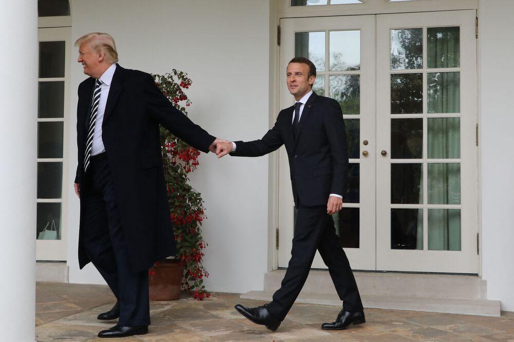 Il presidente francese Emmanuel Macron e l'ex presidente degli Stati Uniti Donald Trump camminano mano nella mano a Washington, USA, il 24 aprile 2018