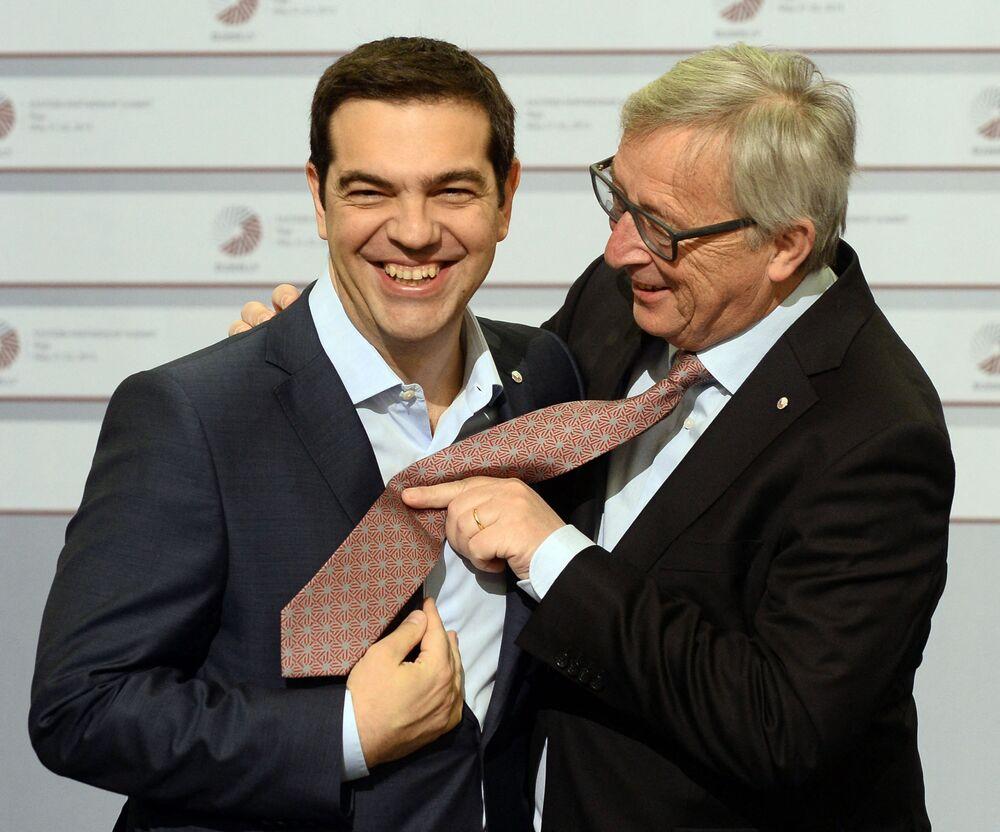 Il primo ministro greco Alexis Tsipras e il presidente della Commissione europea Jean-Claude Juncker scherzano sulla cravatta nel secondo giorno del vertice dell'Unione europea, il 22 maggio 2015