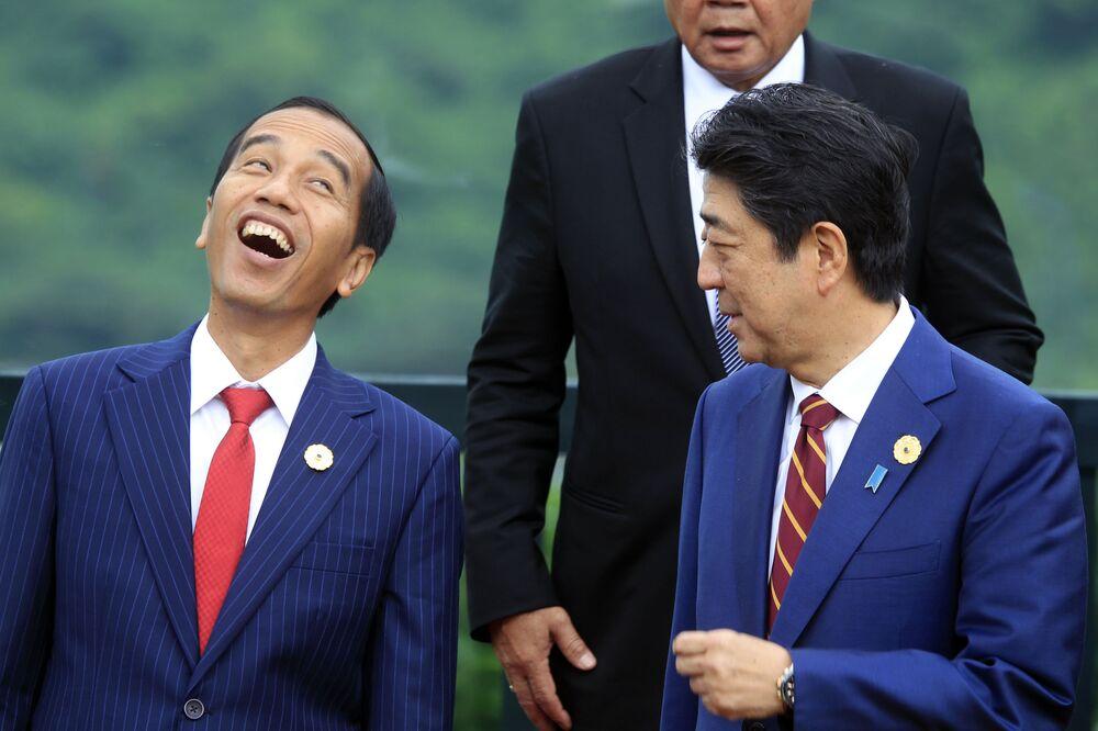 Il presidente indonesiano Joko Widodo ride mentre parla con il primo ministro giapponese Shinzo Abe durante la sessione di foto durante il vertice della cooperazione economica Asia-Pacifico (APEC) a Danang, Vietnam, sabato 11 novembre 2017