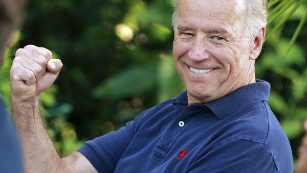 Вице-президент Джо Байден США Джо Байден шутит о ошибке Блюменталя, имея в виду частые искажения генерального прокурора Коннектикута о службе в Вьетнаме, обращаясь к ветеранам, 2010 год - Sputnik Italia