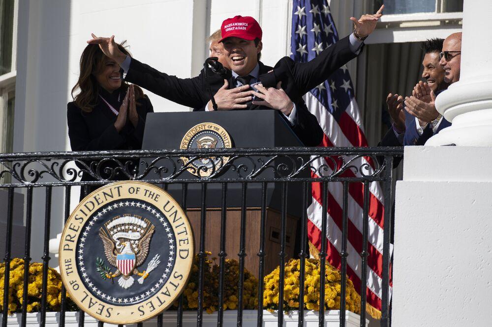 Melania Trump ride mentre l'ex presidente Donald Trump abbraccia il catcher dei Washington Nationals Kurt Suzuki durante un evento per onorare il campione della World Series 2019 alla Casa Bianca, lunedì 4 novembre 2019