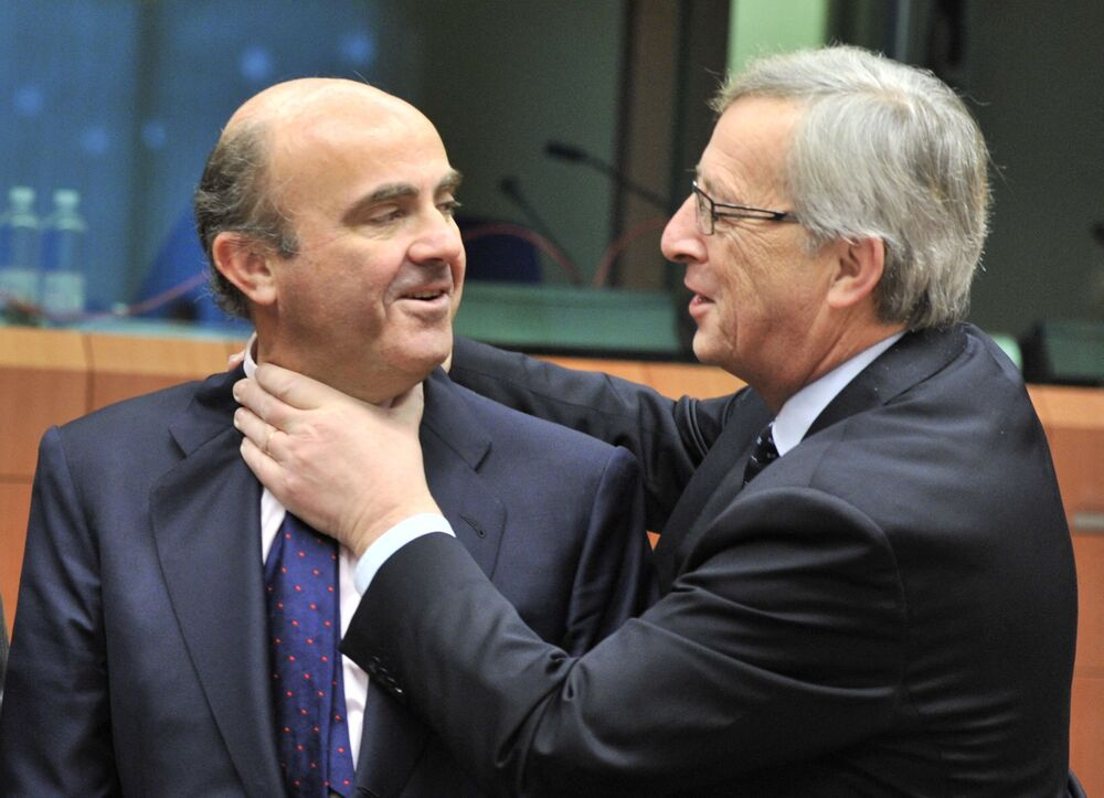 Il ministro delle finanze spagnolo Luis De Guindos e l'ex Presidente della Commissione europea Jean-Claude Juncker scherzano prima di un incontro sulla zona euro il 12 marzo 2012 presso la sede dell'UE a Bruxelles