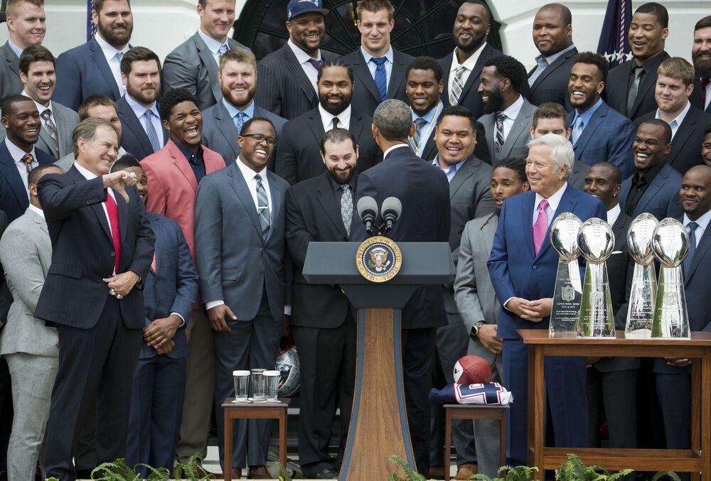 Il capo allenatore di New England Patriots Bill Belichick fa pollice verso a una battuta fatta dall'ex presidente Barack Obama durante una cerimonia a Casa Bianca a Washigton, giovedì 23 aprile 2015