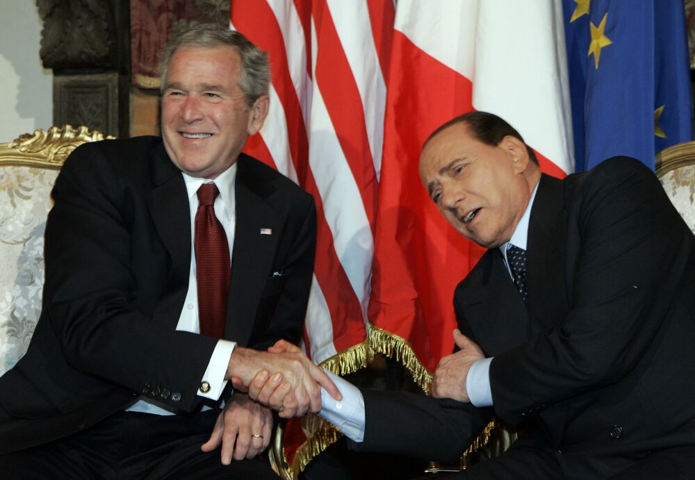 L'ex premier italiano Silvio Berlusconi scherza con l'ex presidente degli Stati Uniti George W. Bush durante un incontro a Villa Madama a Roma, giovedì 12 giugno 2008