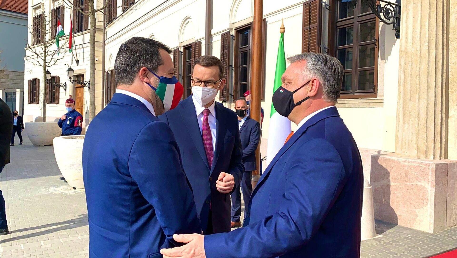 Matteo Salvini a Budapest con il premier ungherese Viktor Orbán e il premier polacco Mateusz Morawiecki. - Sputnik Italia, 1920, 18.05.2021