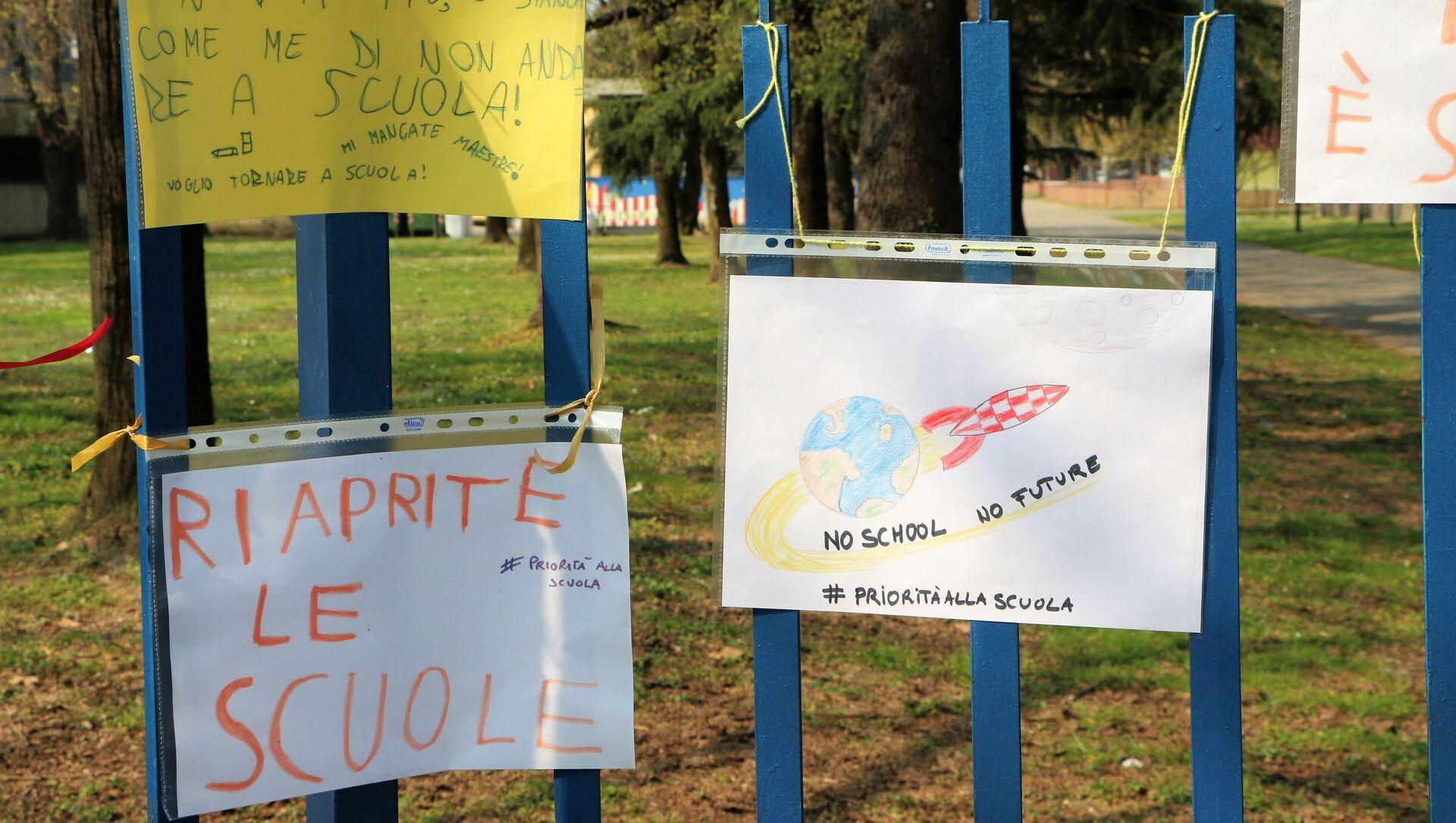 L'ingresso alla scuola con i dipinti dei bambini  - Sputnik Italia, 1920, 20.04.2021