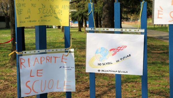 L'ingresso alla scuola con i dipinti dei bambini  - Sputnik Italia