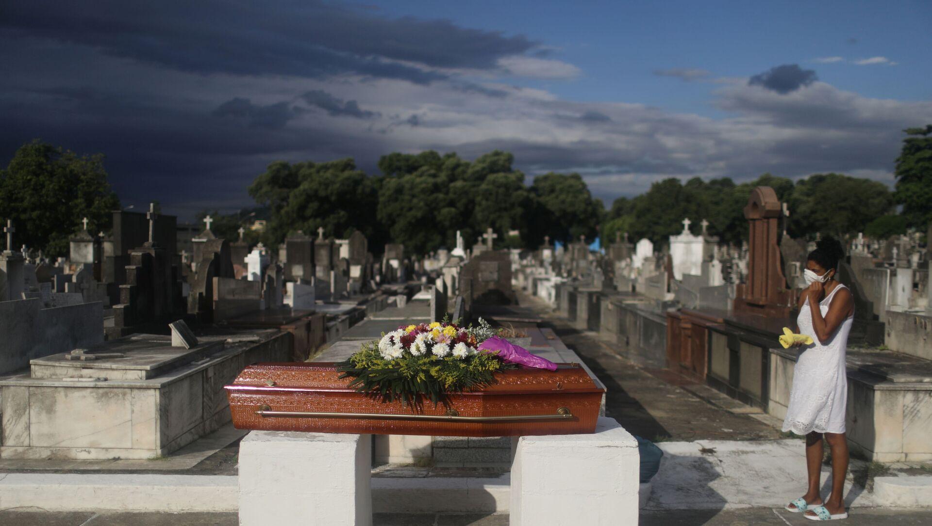 Cimitero in Brasile, funerale di una vittima del Covid-19 - Sputnik Italia, 1920, 07.04.2021