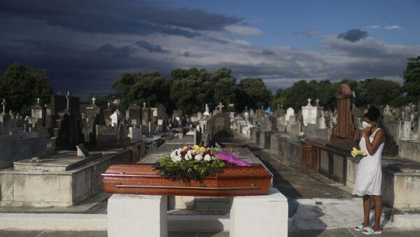 Cimitero in Brasile, funerale di una vittima del Covid-19 - Sputnik Italia