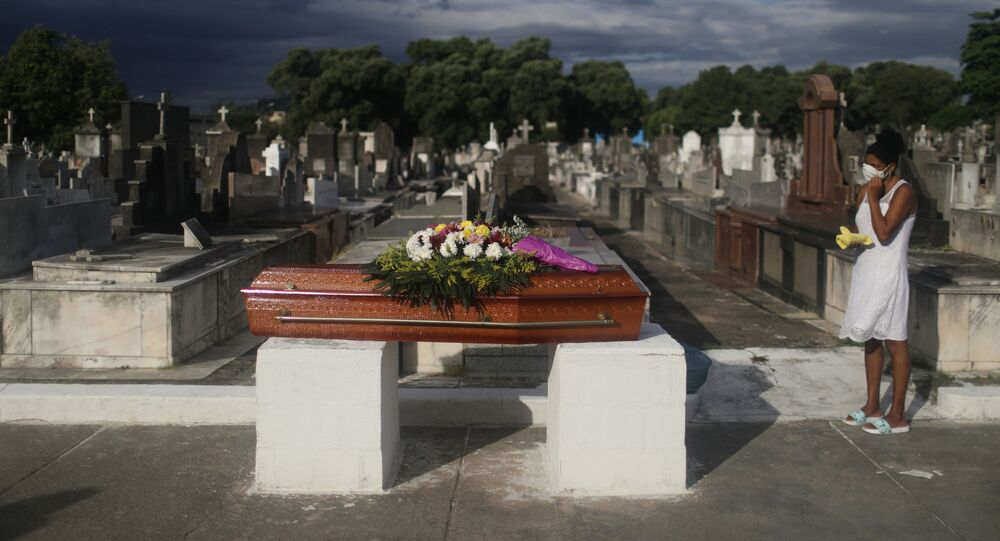 Enterro de vítima da COVID-19 em um cemitério no Rio de Janeiro.