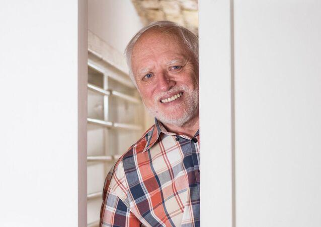 András Arató, un ingegnere elettrico e modello ungherese in pensione, meglio conosciuto per essere diventato un meme di Internet Hide the Pain Harold