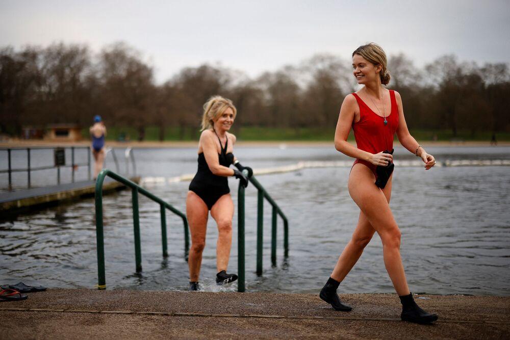 Le ragazze escono dall'acqua dopo aver fatto un tuffo nel piscino nel Serpentine Lido di Hyde Park, Londra, il 29 marzo 2021