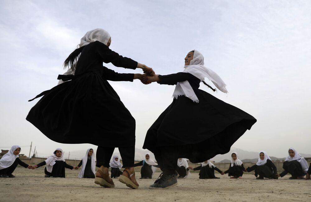 Le ragazze afgane giocano in una scuola elementare a Kabul, Afghanistan, sabato 27 marzo 2021