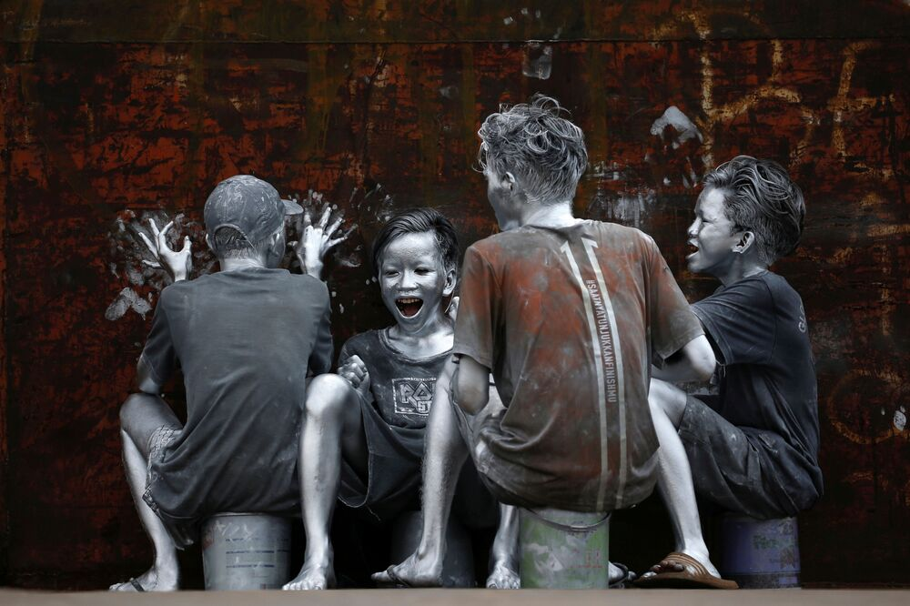 I giovani, che si sono ricoperti dalla testa ai piedi di in argento per diventare 'manusia silver' (silvermen) a Jakarta, Indonesia, il 31 marzo 2021