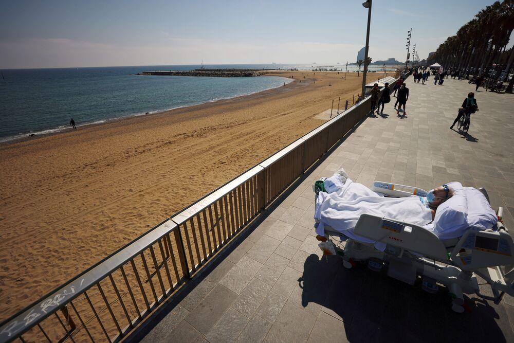 Il paziente Joan Soler Sendra, 63 anni, sordo e muto, guarda il mare come parte di una sessione di terapia del mare, a Barcellona, Spagna, il 25 marzo 2021
