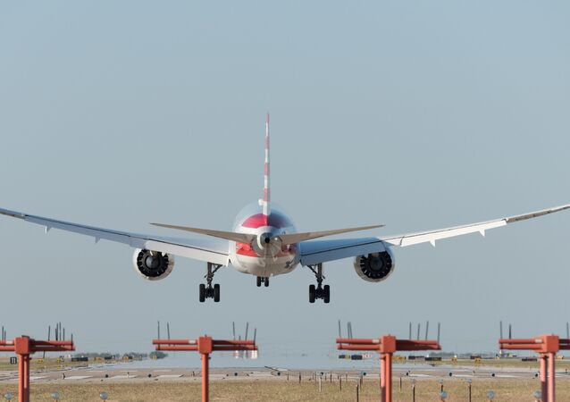 Un aereo American Airlines decolla dall'aeroporto di Dallas