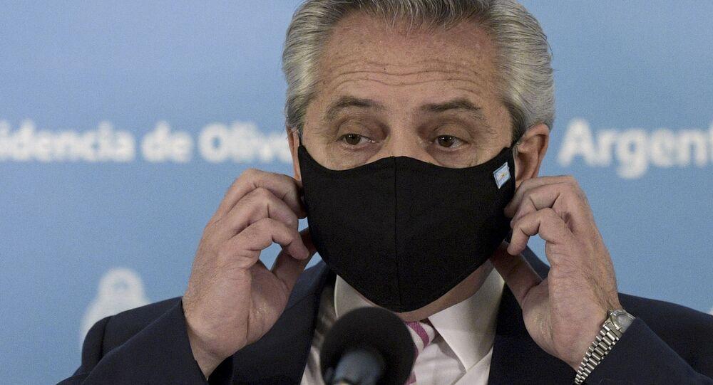 Il Presidente argentino Alberto Fernandez alla conferenza stampa per annunciare la collaborazione tra Argentina e Messico per la produzione e distribuzione di un vaccino sperimentale contro il coronavirus, Buenos Aires, 12 agosto 2020