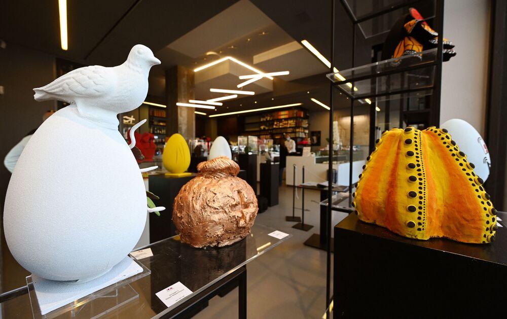 Le uova di Pasqua di cioccolato in onore di vari artisti di USA, Spagna e Giappone in una pasticceria a Roma