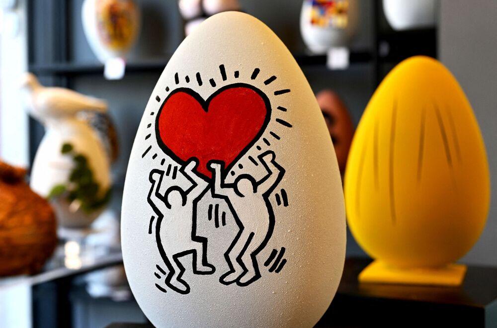 Uovo di Pasqua di cioccolato nello stile dell'artista americano Keith Haring in una pasticceria a Roma
