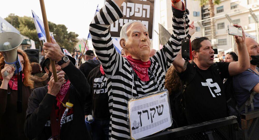 Di fronte alla sede del tribunale distrettuale di Gerusalemme dove è in corso la udienza del processo a Benyamin Netanyahu si sono organizzati due picchetti di dimostranti