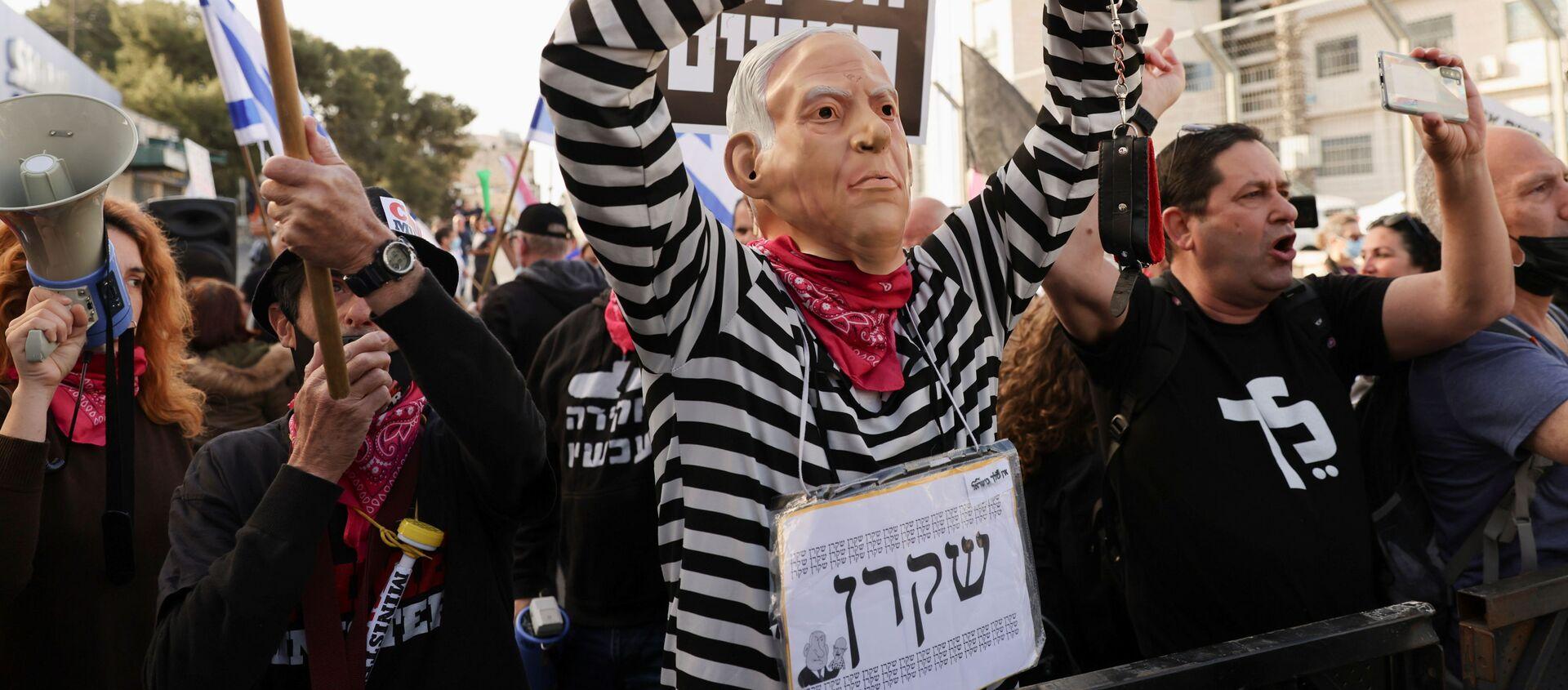 Di fronte alla sede del tribunale distrettuale di Gerusalemme dove è in corso la udienza del processo a Benyamin Netanyahu si sono organizzati due picchetti di dimostranti - Sputnik Italia, 1920, 05.04.2021