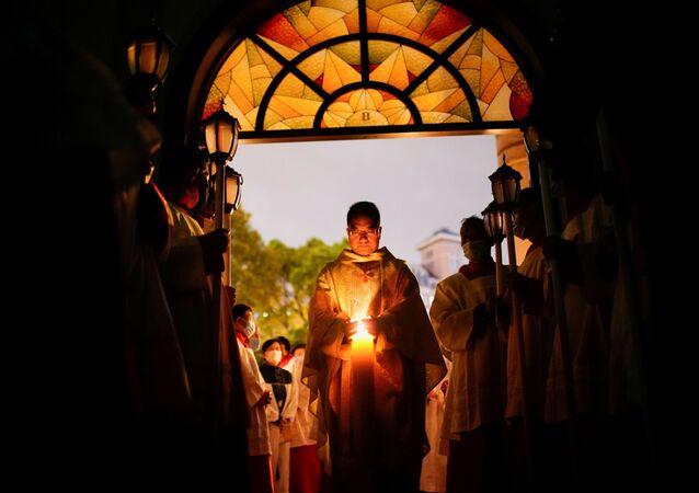 I cattolici cinesi partecipano alla veglia pasquale durante l'epidemia di coronavirus (COVID-19), in una chiesa cattolica a Shanghai, in Cina, il 3 aprile 2021