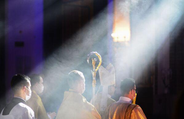 Sacerdoti durante la messa pasquale presso la Cattedrale di San Giovanni Battista a Varsavia - Sputnik Italia
